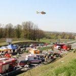 Helikopter ratownictwa nad autostradą